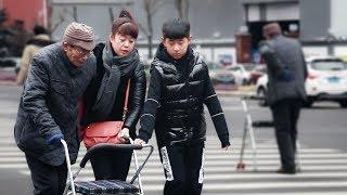 【大树君】看到老人独自过马路,这位小伙的举动太霸气了!(中国街头测试)