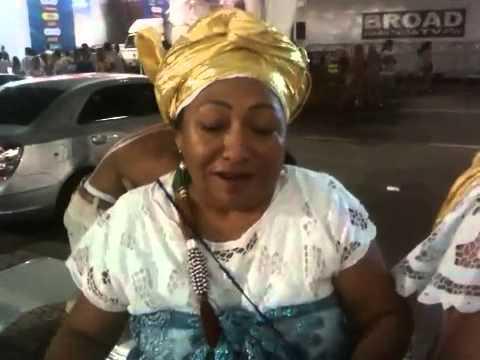 Peruana adota candomblé e faz acarajé no Réveillon