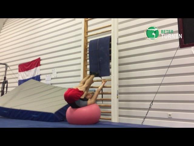 Knipmes liggend op een fitnessbal, vouwfase