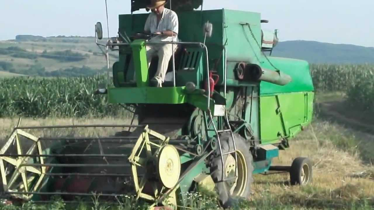 Wheat Harvestre La Treierat Zniwa John Deere 330 Combine