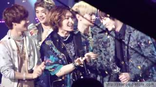 [FANCAM] 120420 Biggest fanboy Onew hugging and congratulating C.N Blue members @ |\/|.B@|\|k