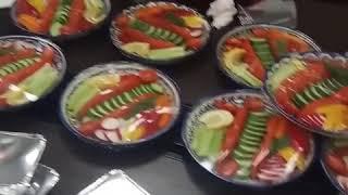 Раздача праздничного обеда в офисе.
