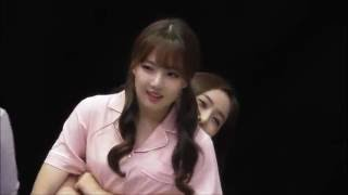 160827 GFriend Yerin & Sinb, Are you the affianced couple ?? at Gwangju fansign event.
