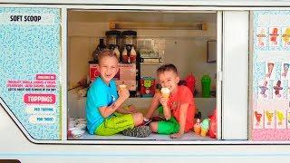 Vlad y Nikita en el camión de helados de mamá