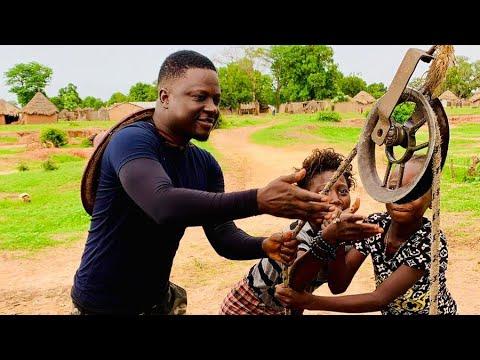 thione-niang-avec-les-enfants-du-village-après-avoir-labourer-ses-champs-de-maïs-au-saloum-