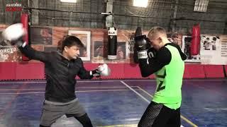 Финт в боксе задней рукой.