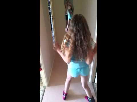Petite fille qui danse (inès)