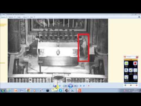 Homem estranho do lado do caixão do Finado Papa João Paulo Segundo