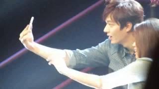 Lee Min Ho does selfie with a fan!