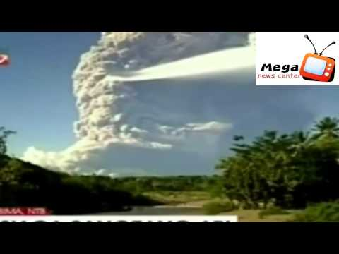 Volcanic eruption at Sangeang Api in Indonesia keeps Darwin flights grounded (amateur cam)