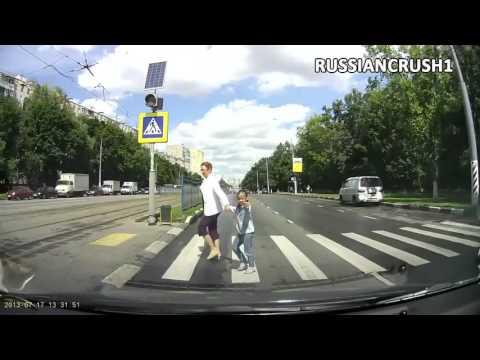 Người đi bộ sang đường tại Nga thường làm gì?