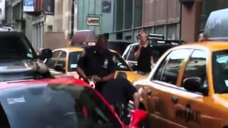 شرطي أمريكي يقوم بالقبض على احد افراد العائله المالكه السعوديه