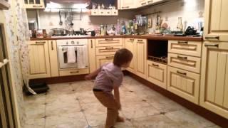 3 летний малыш танцует брейк. Николай Орехов