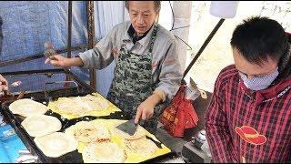 山东早餐小吃摊,一家3口忙!顾客自带鸡蛋,只收饼钱2元