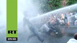 Cañones de agua policiales dispersan una protesta masiva en Armenia
