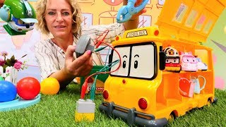Nicole repariert den Schulbus. Spielzeug Video für Kinder.