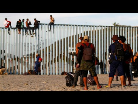 Migrant caravan reaches US-Mexico border to cold welcome
