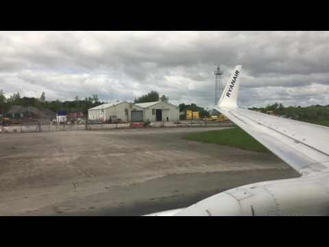 Ryanair B737-800 Lading in Shannon Airport RWY24 (SNN)