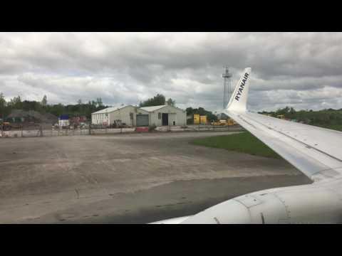 Ryanair B737-800 Lading in Shannon Airport RWY24 (SNN)
