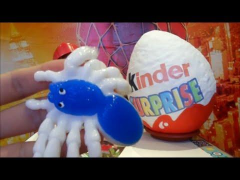 Человек Паук Макс открывает супер большое киндер яйцо с игрушками