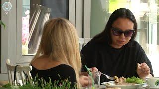 Новосибирцы заполонили летние веранды кафе и ресторанов. Как поесть, не нарушив масочный режим?