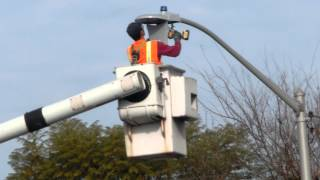 in 4min a LED installer replaces an old Street light in Santa Clara CA 2015