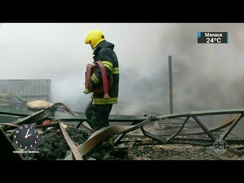 Incêndio destrói depósito de materiais recicláveis no sul do país | SBT Notícias (07/06/18)