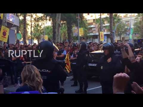 Spain: Police gather outside CUP HQ as pro-Catalan crowd jeers