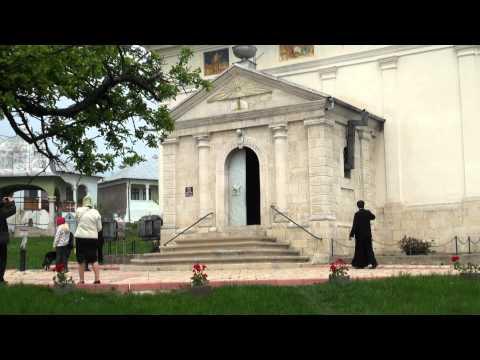 Manastirea Ratesti, biserica, turnul clopotnitei si chiliile