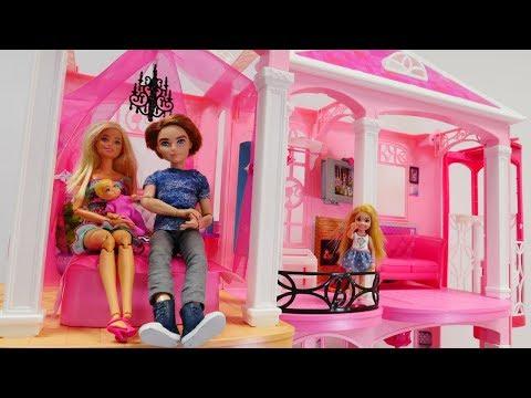 Barbie ailesi yeni eve taşınıyor. Ken'den  hediye.