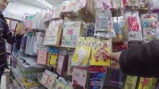 Магазин мелочей Daiso (скрытой камерой)(Сеть магазинов мелочей на все случаи жизни. Только несколько удаленных стендов удалось заснять, так как..., 2016-01-08T22:23:40.000Z)