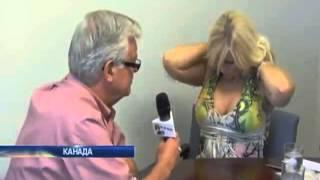 Канадская журналистка во время интервью с мэром обна...