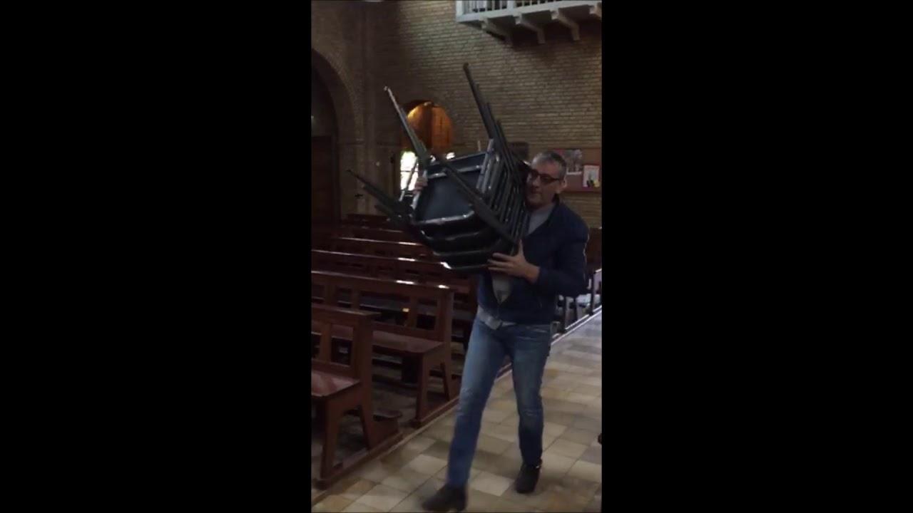 Banken uit de O.L. Vrouwekerk in Bentelo vervangen voor stoelen
