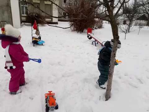 Как дети играют в снежки 22