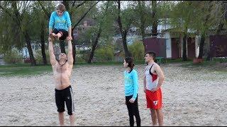 Чуть не упала! Спорт на пляже. Архивное видео