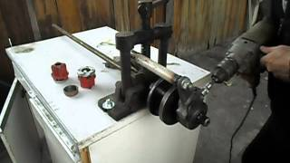 Нарезание резьбы на стальной трубе самодельным электроклуппом.
