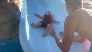 بيبي حياه اول مره تركب الزوحليقة في حمام السباحة ..!  تحدي اخر شخص يطلع من المسبح