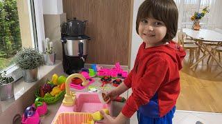 Fatih Selim'in oyuncak mutfak lavabosundan gerçek su akıyor.Bulaşık yıkamak çok eğlenceli