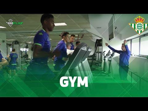 ¡JOAQUÍN se hace monitor de gimnasio por un día! | ENTRENAMIENTO | Real Betis Balompié