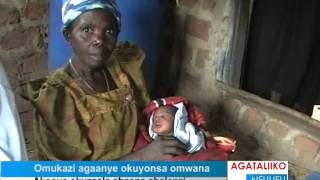 Omukazi agaanye okuyonsa omwana