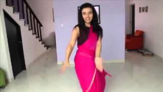 Watch Tatiana Perez Duque learn Badi Mushkil with Madhuri Dixit