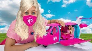 Сеня как герои в масках и Мама как Барби распаковывают игрушки