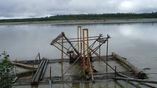 видео: Рыбное колесо на реке Юкон для ловли лосося