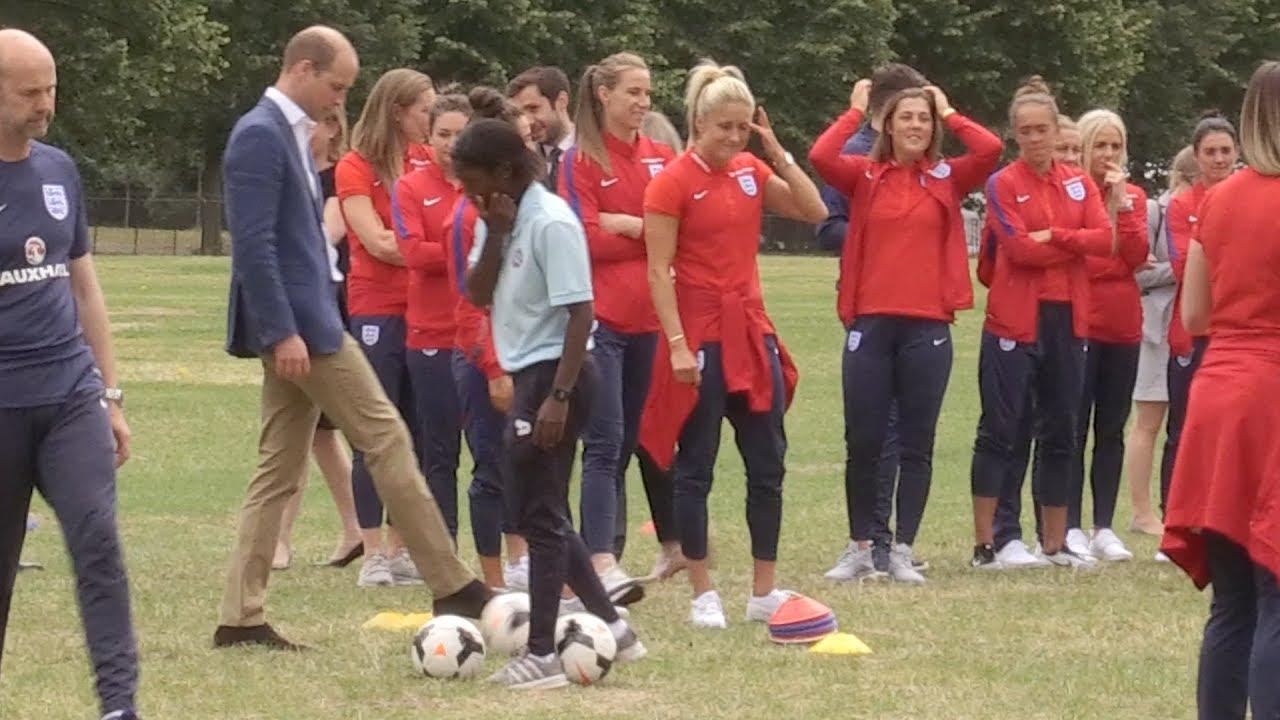 Принцот Вилијам промашува пенал на дочекот на женскиот тим во фудбал