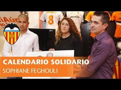 Sofiane Feghouli firma el calendario solidario para Lucía
