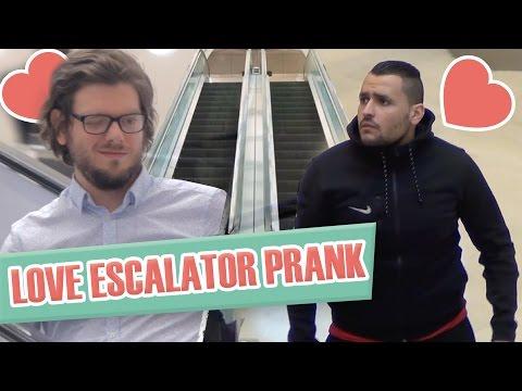 Pranque : coup de foudre entre hommes en escalator / Love escalator prank (G. Guillotin, J. Demayo)