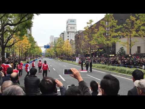 大阪御堂筋でフェラーリのF1マシンが公道走行