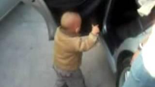 ребенок танцует как на grass party)