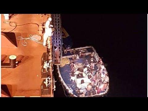 Rescatan a 24 pescadores tras incendio de su embarcación en Mazatlán, Sinaloa