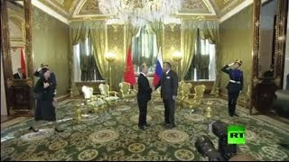 لحظة لقاء الملك المغربي محمد السادس مع الرئيس الروسي فلاديمير بوتين في الكرملين